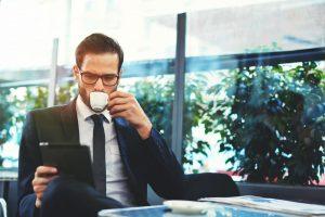Bohatý človek pije kávu